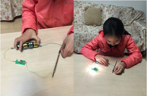 """我用电池,导线及小灯泡做成一个""""电路检测器"""",把两个检测"""